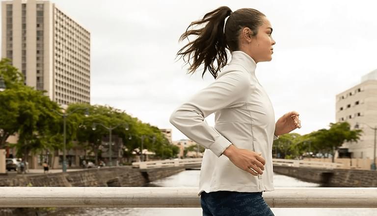 Jogging, fitness, stretching – zobacz, jak dobrać odpowiednią bluzę damską